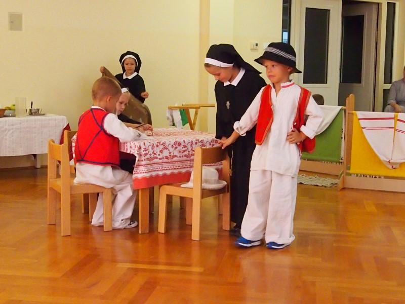 """Scenski prikaz """"Snježni Drinski anđeli"""" u izvedbi vrtićke djece"""